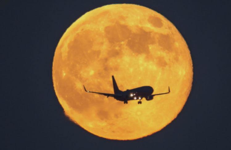 Bạn đã bao giờ thấy trăng rằm khi ngồi máy bay?