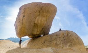 Tảng đá xếp chồng chênh vênh ở Mũi Dinh