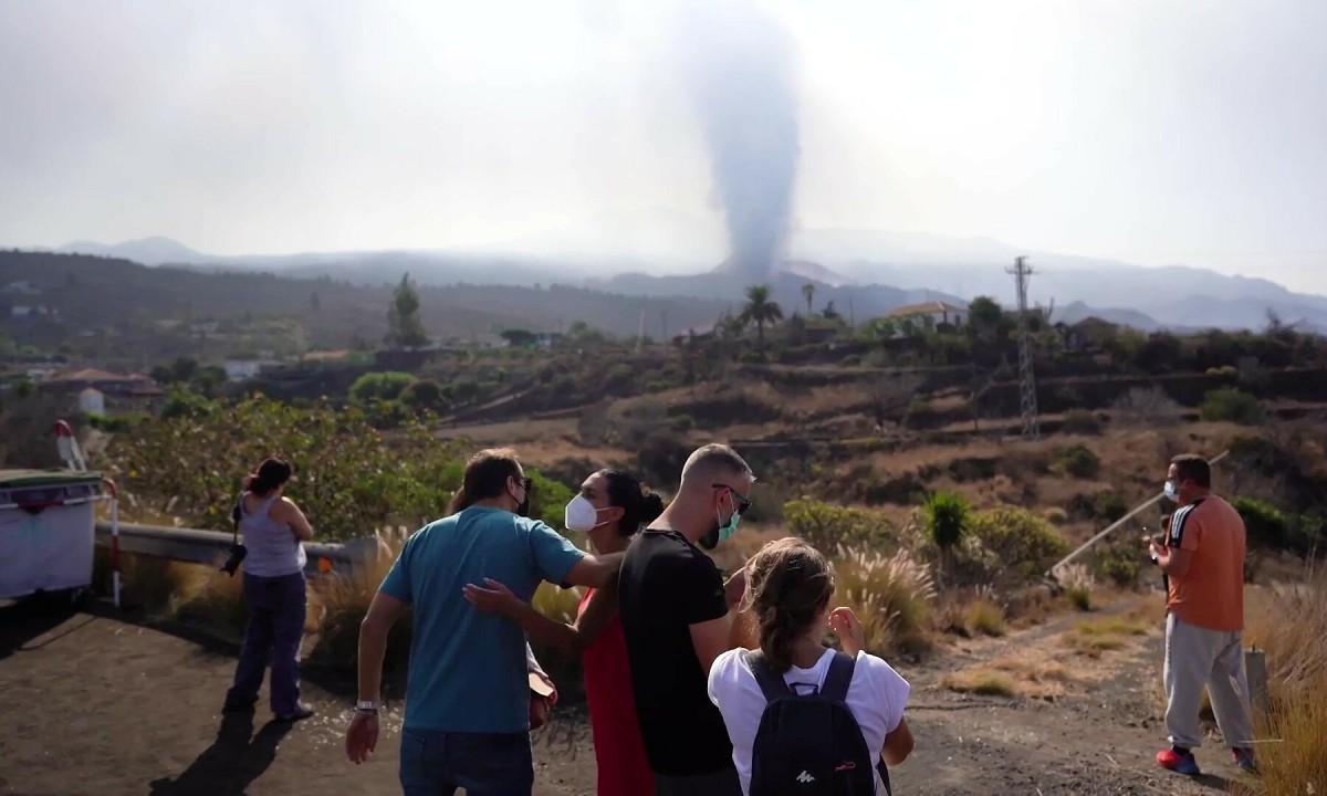 Khách du lịch đổ xô xem núi lửa phun trào