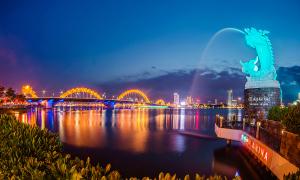Độc giả nhận quà khảo sát du lịch Đà Nẵng đợt hai
